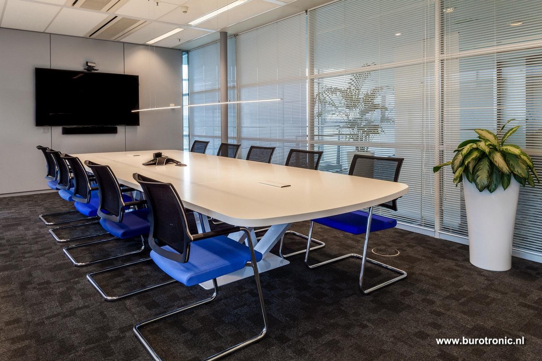 vergadertafel met 10 vergaderstoelen