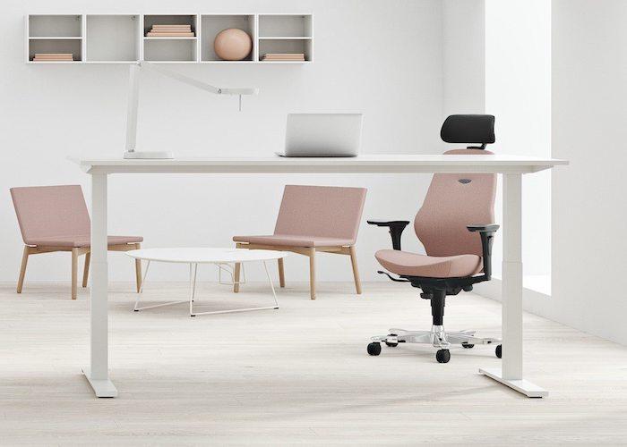 sta bureau met ergonomische stoel