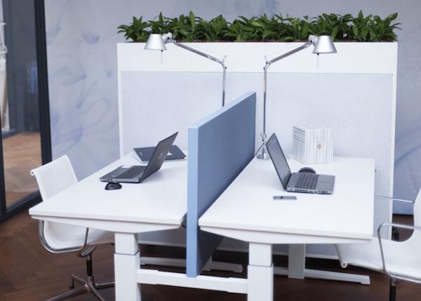 elektrisch verstelbare duo werkplek met akoestisch paneel