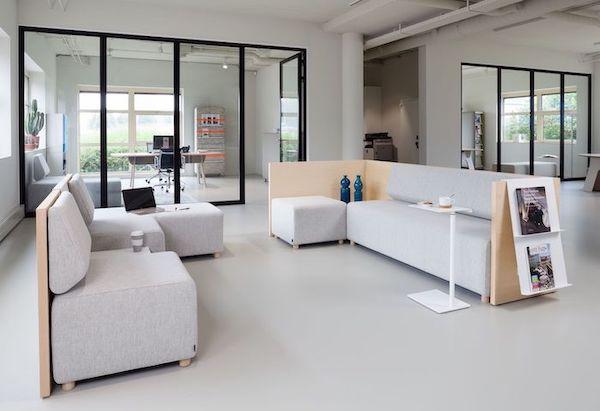 loungemeubelen in een ontvangstruimte
